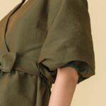 abito in taffetà con ampia manica da una linea orientale