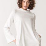 abito laserato con tasche e collo alto