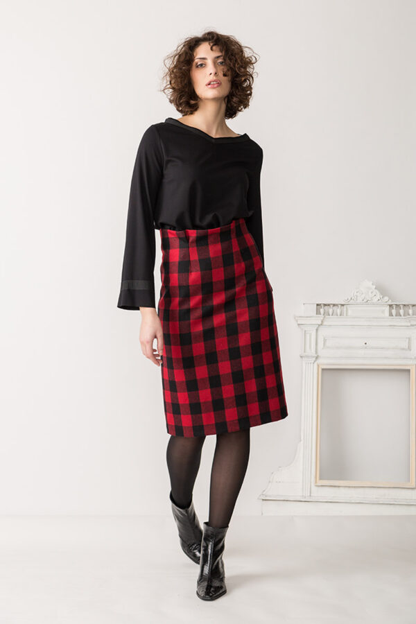 gonna in check a quadri rosso e nero realizzata con lana di riciclo