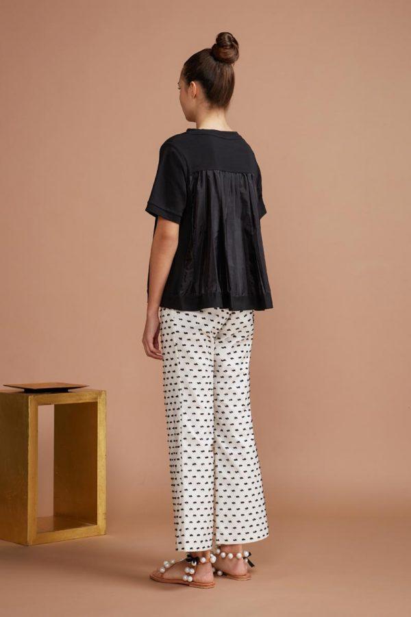 maglia dal taglio lineare, realizzata in puro cotone organico, presenta sul retro un plissè che la rende morbida e comoda