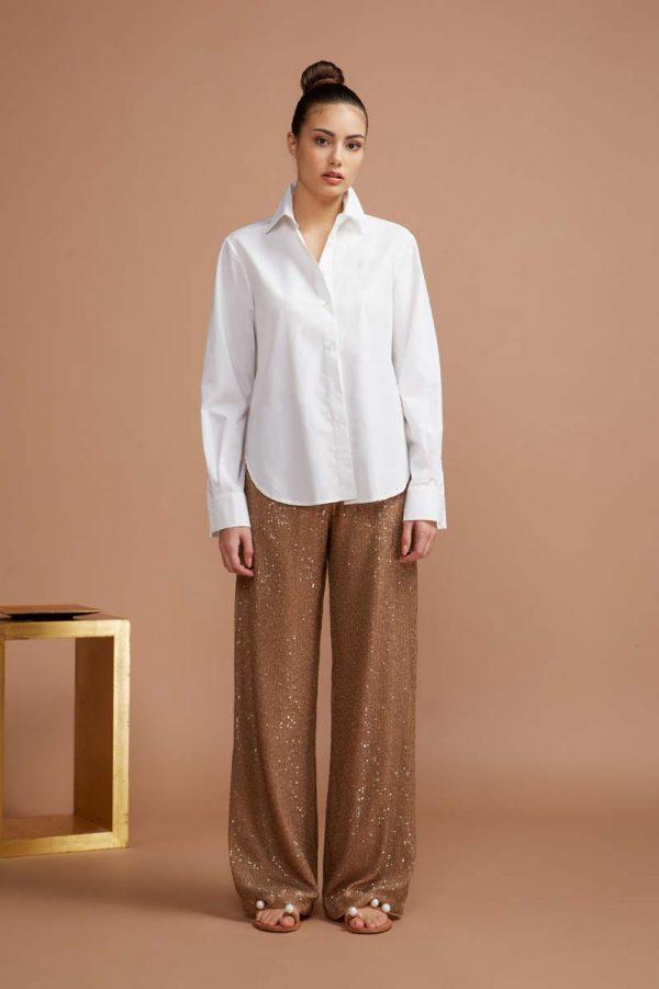 camicia classica bianca dalla linea maschile perfetta per ogni occasione