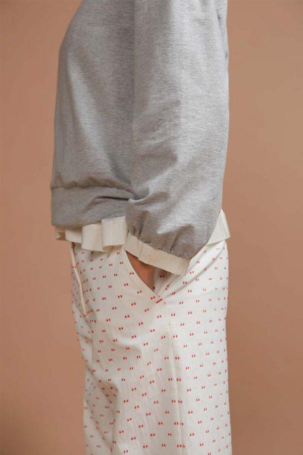 maglia realizzata in felpa leggera di cotone con dettaglio in gros grain sul collo e sui fondi