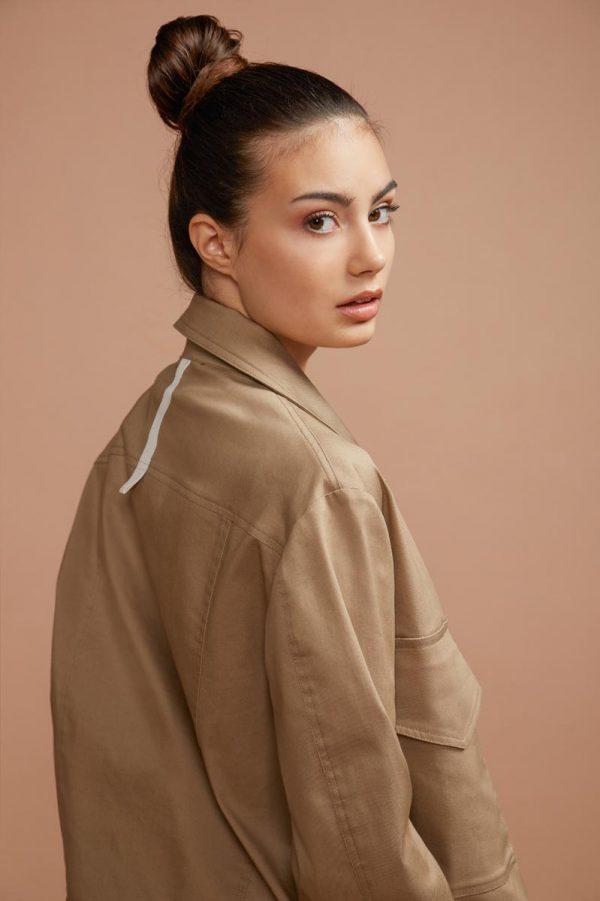 la giacca in denim è diventato un classico, indispensabile in ogni guardaroba. Realizzato nel color cachi è perfetto per essere abbinarlo facilmente ad ogni vostro indumento